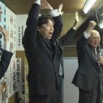 当選を喜び合う吉田つねひこ氏と支援者